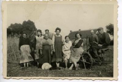 De familie De Rijcke poseert aan de pikbinder
