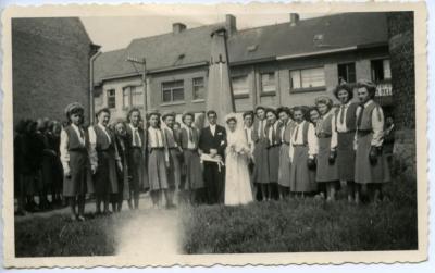 Bruidspaar poseert voor oorlogsmonument van De Pinte