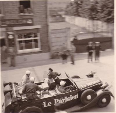 De wagen van tourorganisator Le Parisien rijdt door Zulte