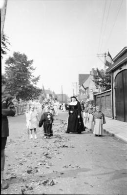 André Torfs en zuster Ernestine tijdens de Heilig Hart processie