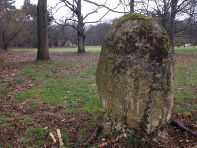 Een 'menhir' op het domein Gevaert-Minne