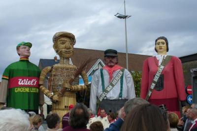 Reus Tuur bezoekt samen met Mie en Basiel het geboortefeest van reus Wannes
