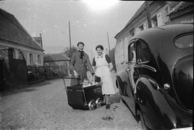 Alma en Maria D'Haenens met kinderwagen
