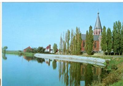 Machelenput en de kerk onder een staalblauwe hemel