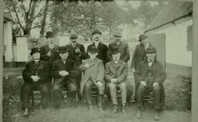 Eeks burgemeester Edouard Desmaisières de Wault poseert tussen zijn familieleden