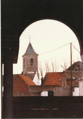 Een zicht op de oude Eekse kerktoren vanuit de basisschool