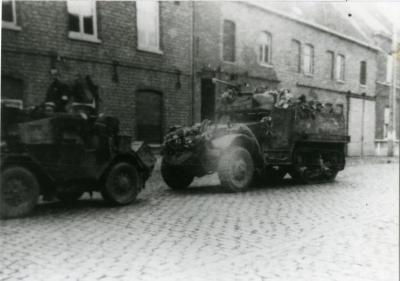 Britse pantserwagens rijden richting de Olsense dorpskom