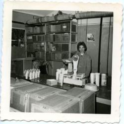 Frieda Vlerick in de verpakkingsafdeling