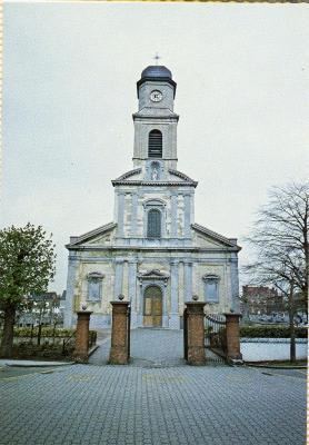 De voorgevel van de Nazarethse parochiekerk