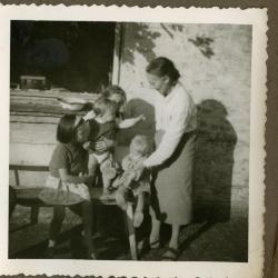 Bonmaman Marie Minne en haar kleinkinderen