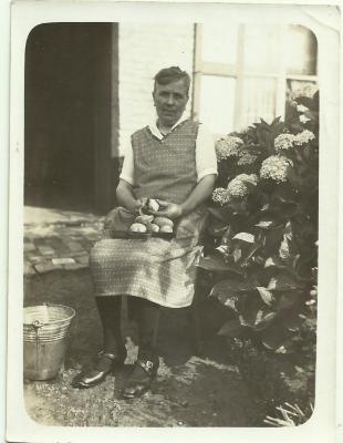 Marie Van Speybroeck schilt de aardappelen