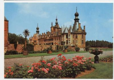 De achtergevel en tuin van het kasteel Ooidonk
