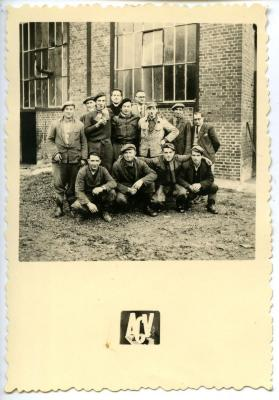 Seizoensarbeiders in Dreslincourt onder leiding van Richard Droeschent uit Dikkelvenne