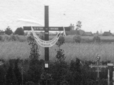 Het eerste gedenkkruis op het Frans kerkhof te Machelen-aan-de-Leie