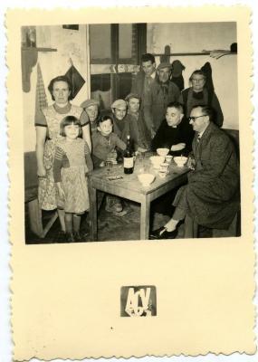 Gezellig samen in de kantine van de suikerfabriek in Flaucourt (Fr.)