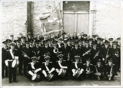 De Leiezonen poseren met nieuwe uniformen en vlag