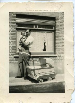 Fiere vader poseert met zoontje en Pericles-kinderwagen