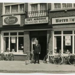 Jules Verschelden poseert voor café Aubisque