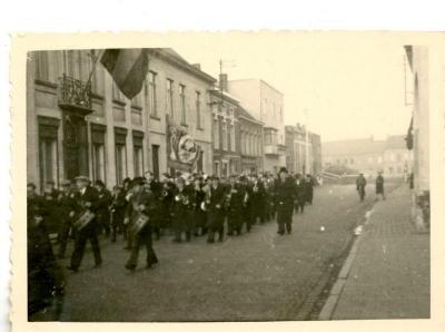 De fanfare Sint-Cecilia marcheert door de Tolpoortstraat
