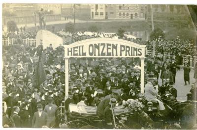 Kroonprins Leopold verlaat het kerkplein na onthulling oorlogsmonument