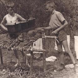 Woudloperskeuken op scoutskamp in Frankrijk